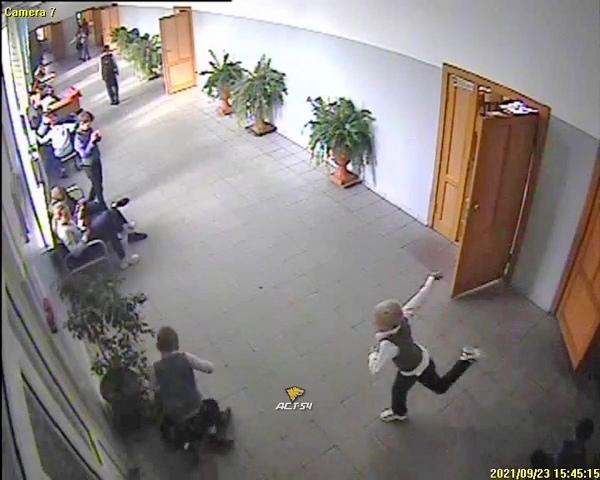 Видео: в Новосибирске 8-летнему школьнику сломали спину на виду у учителей