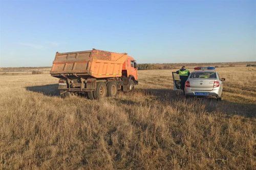 Пьяный водитель КАМАЗа пытался уехать от сотрудников ГИБДД, свернув в поле