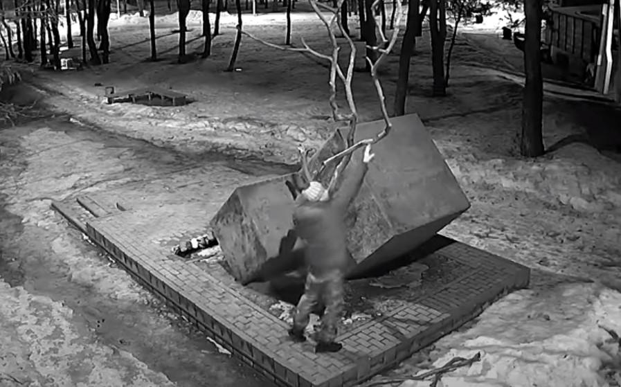Ветеран Чеченской войны сломал мемориал боевым товарищам в Тамбовской области