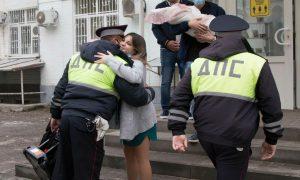 Полицейские в Ростове спасли беременную женщину и встретили ее из роддома с подарками