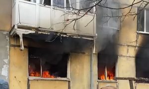 Видео: в Балтийске после взрыва в жилом доме люди прыгают из окон