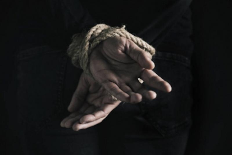 В Сургуте бывший следователь похитил приятеля-свидетеля по своему делу и несколько часов хлестал того плеткой