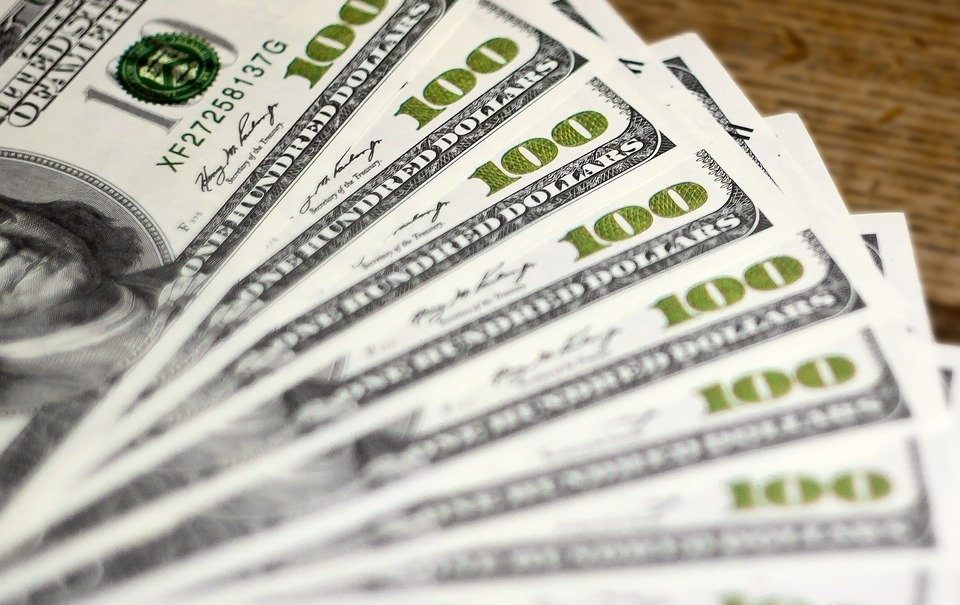 Курс доллара упал ниже 71,55 рубля впервые за полтора года. Эксперт объяснил почему