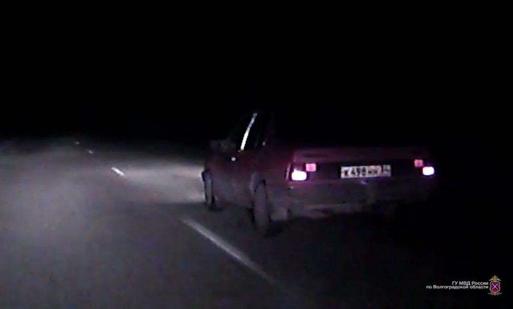Видео: полиция открыла огонь по авто с подростками во время погони под Волгоградом