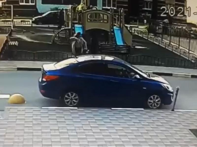 Агрессивная женщина отлупила мальчика с самокатом в воронежском дворе