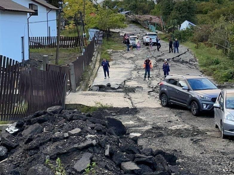 Видеокадры апокалипсиса в Сочи: оползень разрушил дома и уничтожил трассу