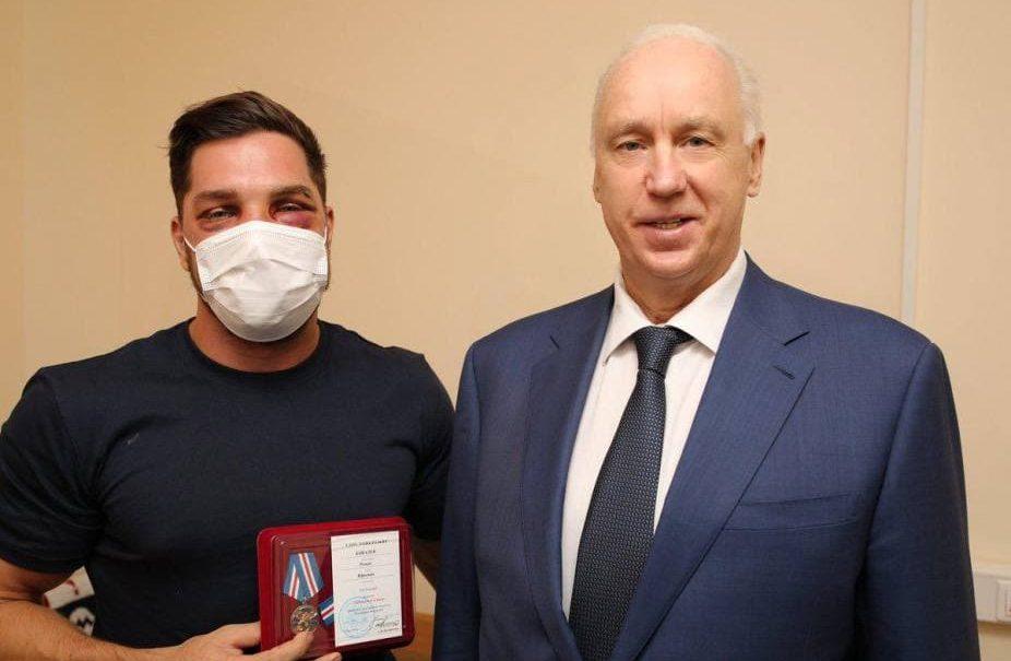 Медаль, деньги и почетное звание – как власти чествуют избитого дагестанцами Романа Ковалева